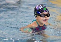 Foating-Kind unter dem Wasser lizenzfreie stockfotos