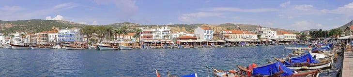 FOCA DE ESKI, ESMIRNA, TURQUÍA - 8 DE JUNIO DE 2014: Panorama del documental de la bahía del centro de ciudad de Eski Foca Fotografía de archivo