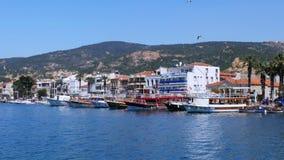 FOCA, TURKIJE - MEI 2015: de reisbestemming van de kustzomer stock videobeelden