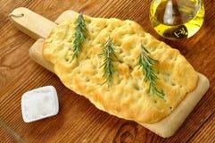 Focacce avec le romarin, l'huile d'olive et le sel brut photos libres de droits