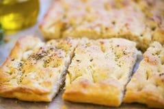 Focaccia面包用牛至和橄榄油 新鲜的意大利foccacia面包特写镜头 免版税库存照片