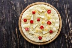 Focaccia με τις ντομάτες τυριών και κερασιών πέρα από το ξύλινο υπόβαθρο Στοκ Φωτογραφίες