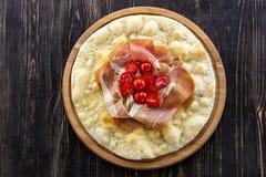 Focaccia με τις ντομάτες prosciutto και κερασιών Στοκ Εικόνα