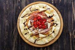 Focaccia με το prosciutto, το τυρί, και τις ντομάτες κερασιών Στοκ Φωτογραφία