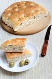 Focaccia с оливками, укропом и Розмари Стоковое фото RF