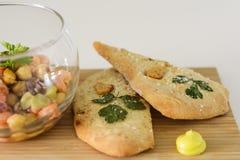 Focaccia, ajo y aceite de oliva hechos en casa en una tabla de madera en estilo rústico fotos de archivo
