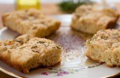 Focaccia avec de la sauce à plongement herbed d'huile d'olive Photographie stock libre de droits