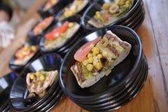 Focaccia bakade med tonfisktomaten och svart på det plent Fotografering för Bildbyråer