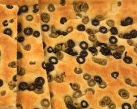 focaccia chleb z mnóstwo typowymi oliwkami od Mediterrane zdjęcie stock