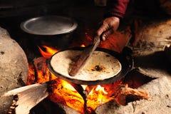 Focaccia di cottura su fuoco di legno Fotografie Stock