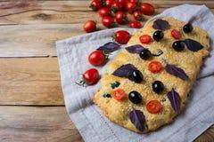 Focaccia för italienskt bröd med den olivgröna och körsbärsröda tomaten, kopieringsutrymme royaltyfria foton