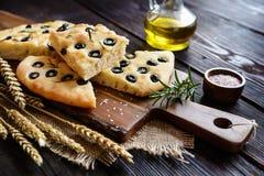 Focaccia italiana con le olive ed i rosmarini Fotografia Stock Libera da Diritti