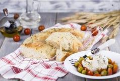 Focaccia italiano con la cebolla y la albahaca Fotos de archivo libres de regalías