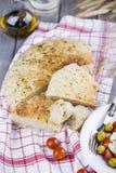 Focaccia italiano con la cebolla y la albahaca Foto de archivo