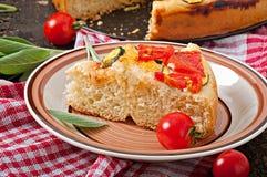 Focaccia met tomaten en knoflook Royalty-vrije Stock Afbeeldingen