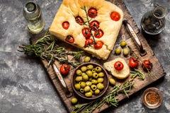 Focaccia mit frischen Kirschtomaten, Oliven Stockfotografie