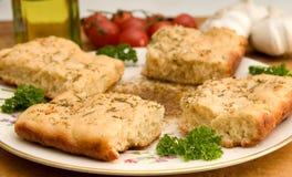 Focaccia mit herbed eintauchender Soße des Olivenöls Lizenzfreie Stockfotos