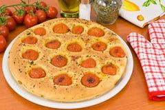Focaccia mit Tomaten und Oregano Stockfoto