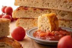 Focaccia, pão italiano caseiro, tomates, e Bruschetta imagem de stock