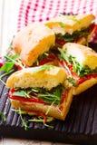 Focaccia roosterde de sandwiches van Spaanse peperarugula Stock Afbeelding