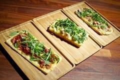 Focaccias και Bruschettas με διάφορους τύπους κρεάτων και τυριών Στοκ φωτογραφία με δικαίωμα ελεύθερης χρήσης