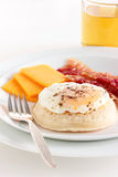 Focaccina con la pancetta affumicata ed il formaggio dell'uovo fotografia stock libera da diritti