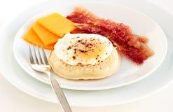 Focaccina con la pancetta affumicata ed il formaggio dell'uovo immagine stock libera da diritti
