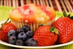Focaccina sana della fragola della prima colazione Fotografia Stock