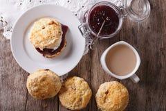 Focaccine al latte inglesi deliziose con il primo piano del tè e dell'inceppamento orizzontale t Fotografia Stock