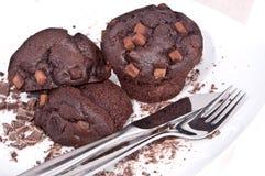 Focaccine del Brown con cioccolato su una zolla Fotografie Stock
