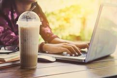 Focalisez la tasse de café avec des images des personnes courant à l'arrière-plan Photos libres de droits