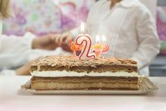 Focalisez le chocolat et la crème de gâteau d'anniversaire de tir moyen avec deux Photographie stock