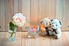 Focalisez Rose en pastel, ours de blurEmbrace dans l'amour se reposent près de Candlestic Photographie stock libre de droits