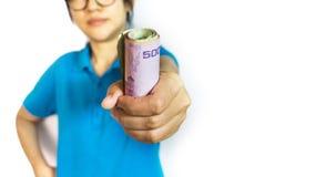 Focalizado no dinheiro do baht tailandês da cédula à disposição, na garra da menina ou na captura Imagens de Stock Royalty Free
