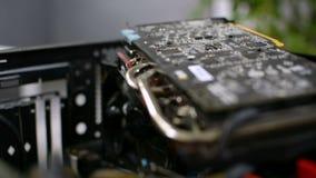 Focalize a cremalheira do close up do circuito da placa de cartão gráfico do computador pessoal GPU do PC video estoque