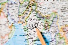 Focalize na ÍNDIA no mapa do mundo com apontar do lápis fotografia de stock