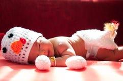 Focalize no bebê recém-nascido asiático com a galinha dos trajes com os dois ovos ao lado da janela com luz solar Imagem de Stock Royalty Free