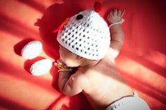 Focalize no bebê recém-nascido asiático com a galinha dos trajes com os dois ovos ao lado da janela com luz solar Imagens de Stock
