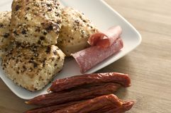Foccacia-Brote mit Würsten und Salami Stockbilder