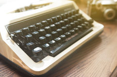 Foco ascendente e macio do fim, máquina de escrever velha com câmera do vintage imagem de stock