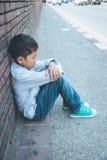Foco asiático assustado e sozinho, novo da criança que está no risco elevado de ser tiranizado, traficado e abusado, o seletivo foto de stock