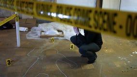 Foco auto en un fotógrafo forense del crimen en la escena de asesinato - mirada del indie almacen de video