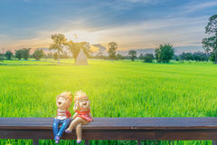 Foco borrado e macio do delicado abstrato da silhueta do por do sol com a zorra no assento de madeira, almofada verde dos desenho Imagens de Stock Royalty Free