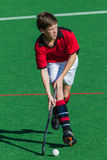 Foco de la bola del jugador de hockey Foto de archivo libre de regalías