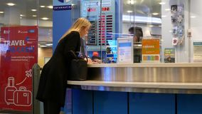 Foco de la gente que intercambia el dinero dentro del aeropuerto de YVR