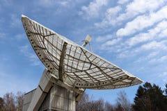 Foco de Radiotelescope al cielo Imagen de archivo libre de regalías
