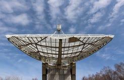 Foco de Radiotelescope al cielo Imagenes de archivo