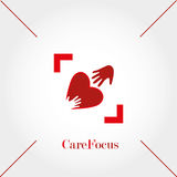 Foco del cuidado, Logo Template, manos y corazón, ejemplo del vector Fotos de archivo libres de regalías