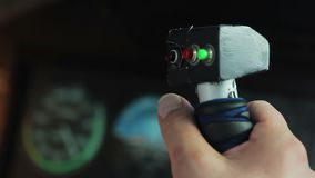 Foco del estante de las manos del piloto que dirigen la exhibición del avión y del vuelo con el velocímetro almacen de video