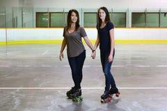 Foco del patinaje sobre ruedas del patio de la hija de la madre en madre Fotografía de archivo